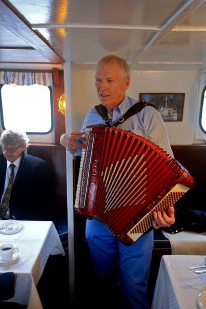 5 september 2015 - Kanaldirektören i norska Haldenkanalen tog fram dragspelet.