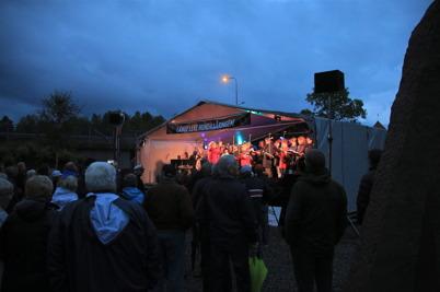 5 september 2015 - Det blev en stämningsfull kväll i Kanalparken när kanalfesten fortsatte med sång av kören Con Brio under ledning av Kerstin Wallmyr.