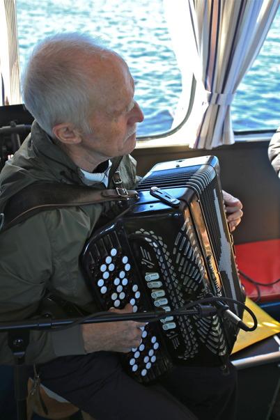 6 september 2015 - Tore Sjöqvist med musiker-kollegor stod för underhållningen ombord på Storholmen under färden till Östervallskog.