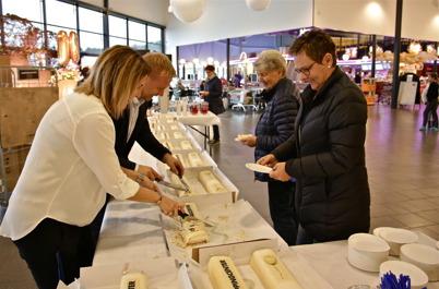 28 oktober 2015 - Shoppingcentrets 10-årsdag firades bl a med gratis tårta till alla.