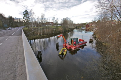 11 november 2015 - Och i kanalen tog Trafikverket bort de gamla dykdalberna på uppdrag av Dalslands Kanal.