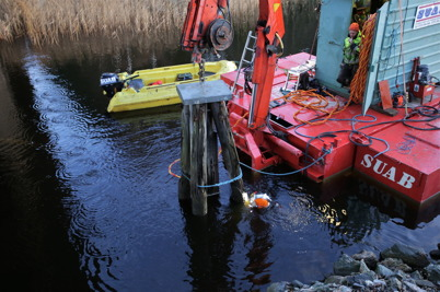 17 november 2015 - De gamla dykdalberna vid kyrkbron, som markerat farleden till Hån, försvann också på uppdrag av Dalslands Kanal.