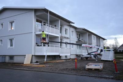 17 november 2015 - Fastigheten vid Västra Torggatan 2 i Töcksfors fick nya balkongräcken och därmed var renoveringen klar.