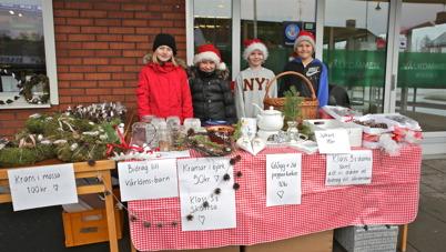 25 november 2015 - Elever från klass 3 vid Töcksfors skola sålde julsaker utanför konsum.