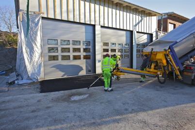 1 december 2015  - Vid brandstationsbygget asfalterade man infarterna till portarna.