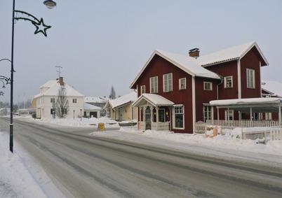 13 januari 2010 - I det gamla röda affärshuset vid Sveavägen, där Bernhards Lanthandel fanns tidigare, finns nu blomsteraffär, hälsokostbutik och solarium.