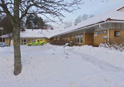 25 januari 2010 - Årjängsambulansen hämtar en patient vid vårdcentralen för transport till sjukhuset i Arvika.