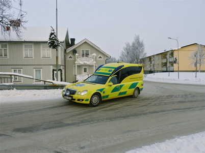 13 januari 2010 - Årjängsambulansen har hämtat en patient vid vårdcentralen för transport till sjukhuset i Arvika.