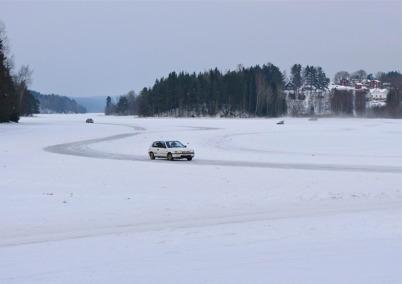 31 januari 2010 - Halkkörning på Torsviken. I bakgrunden syns Sanda.