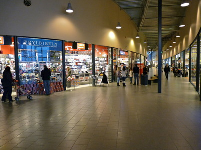 16 januari 2010 - Shoppingcentrets butiker ligger längs med en  elipseformad gata.