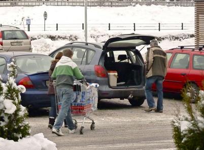 16 januari 2010 - Många norrmän kommer till Töcksfors för att storhandla i shoppingcentrets butiker.
