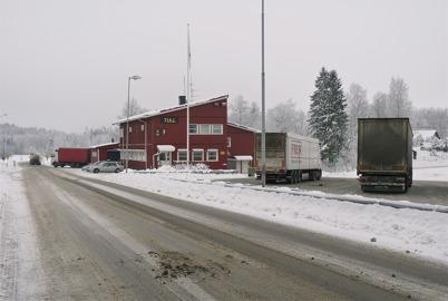 14 januari 2010 - Tullstationen ligger fortfarande kvar vid gamla E18 i Hån. Det innebär att alla som kommer från Norge och har varor att deklarera måste svänga in på gamla E18 för tullklarering.