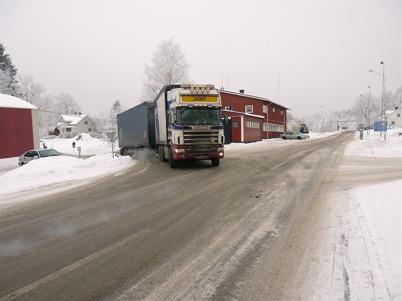 14 januari 2010 - Tullstationen vid gamla E18 i Hån. En lastbilschaufför fortsätter sin resa efter genomförd tullklarering.