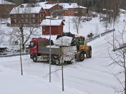 22 februari 2010 - Töxfrakt tar bort snövallarna i centrala Töcksfors, för att ge bättre framkomlighet.
