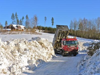 4 mars 2010 - Töxfrakt kör snön från gatorna i centrala Töcksfors till snötippen vid Kallnäset.