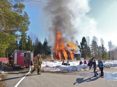 13 mars 2010 - Brandkåren bränner ner gamla skolvaktmästarbostaden för att ge plats för en ny förskola.