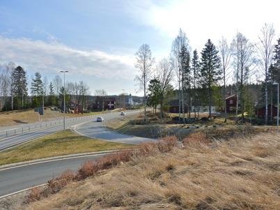 4 april 2010 - Påfarten från Östervallskogsvägen och gamla E18 från Hån ut på nya E18. På bilden syns även Nordmarksstugan och i bakgrunden Turistgården ( Sockenstugan ) samt Töcksmarks kyrka.