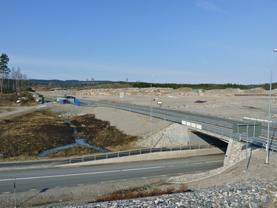 4 april 2010 - Området där Töcksfors handelspark skall byggas ligger intill nya E18.