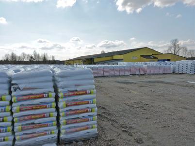 4 april 2010 - Jordfabriken ECONOVA på gamla sågverks-området vid Sandviken. Här förpackas olika typer av planteringsjord, gödsel och jordförbättrings-produkter.