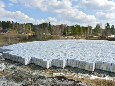 4 april 2010 - Jordfabrikens lager av leveransklara säckar med planteringsjord och jordförbättringsprodukter. I bakgrunden syns Sandvikens camping.