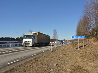 9 april 2010 - Långtradartrafiken är tidvis tät på E18 förbi Töcksfors.