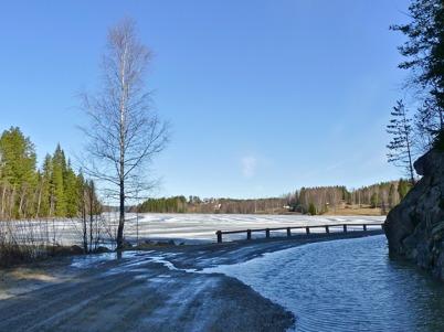 10 april 2010 - Snösmältningen stänger nästan vägen till Sanda.