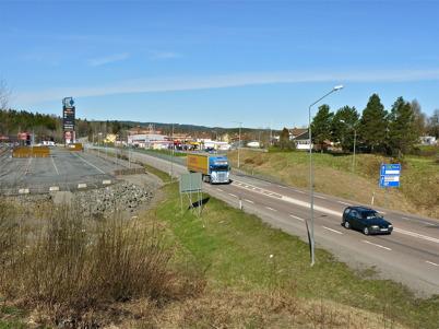 7 maj 2010 - Trafiken på E18 passerar mellan Töcksfors Shoppingcenter och Shell bensinstation.