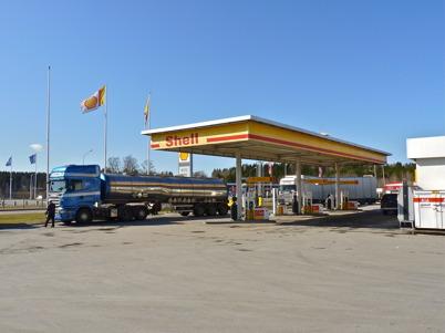 9 april 2010 - Långtradartrafiken är intensiv på E18 förbi Töcksfors och många lastbilar stannar vid Shell för att tanka diesel.