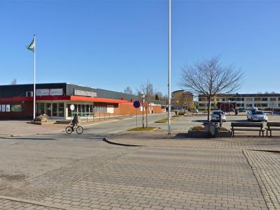19 april 2010 - Torget och den nedlagda matvarubutiken.