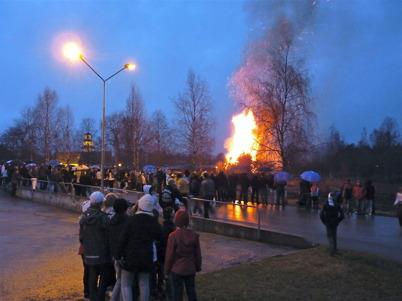 30 april 2010 - På Valborgsmässoafton samlas många ortsbor vid församlingshemmet för att hälsa våren välkommen, men vädret liknar i år mera höst än vår.