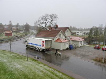 4 maj 2010 - Mjölkbilen från Milko i Karlstad levererar mejerivaror till restaurang Waterside - en vårdag med snöblandat regn.