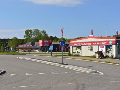 24 maj 2010 - Lågprisvaruhuset Gränslöst och matvarubutiken coop EXTRA är de största butikerna utanför shoppingcentret.