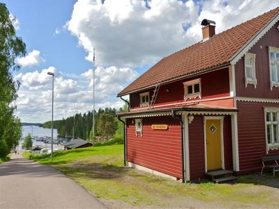 """10 juni 2010 - Båtklubben Rävarnas klubbstuga """"Rävlyan"""" med utsikt över småbåtshamnen i Sandviken."""