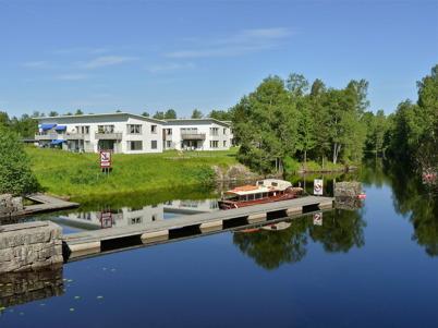 17 juni 2010 - Bostadshusen vid övre slussen och utflyktsbåten Tärnan.