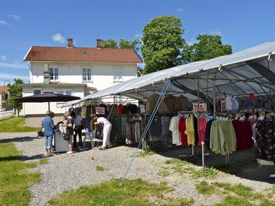 22 juni 2010 - Den indiske klädförsäljaren är strategiskt placerad vid Nygård i närheten av Kötthallen.