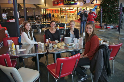 Linnea Hansson, Frida Brunzell, Frida Siljebråt och Julia Hansson i Töcksfors IF:s framgångsrika A-lag Damer slog sig ner en stund i Saras Café.