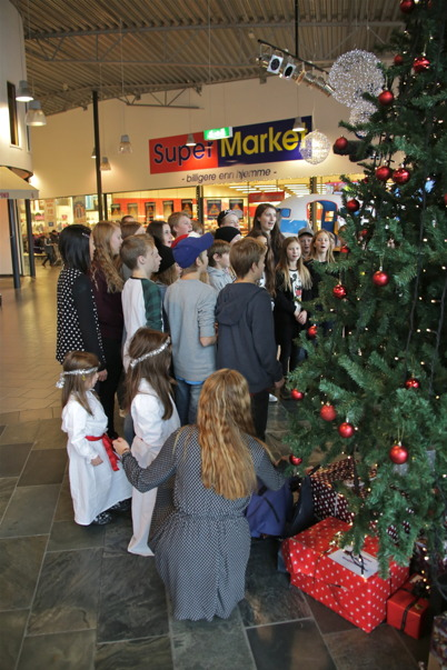 Slutligen sjöng klass 6 vid Töcksfors skola två Luciasånger.