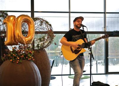 """28 oktober 2015 - Trubaduren Peter Bogsveen från """"Det där bandet"""" stod för underhållningen."""