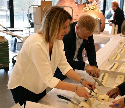 28 oktober 2015 - Centerkoordinator Ulrika Arenander och Centerchefen Lars Erik Eröy serverade tårta på löpande band.