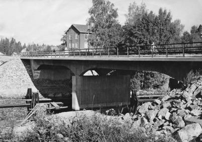 1950-talet - Nya landsvägsbron vid Socken-stugan är klar. Under bron går farleden till Hån med Dykdalberna. Vägverket satte upp Dykdalberna i samband med brobygget. Foto : Folke Sahlin