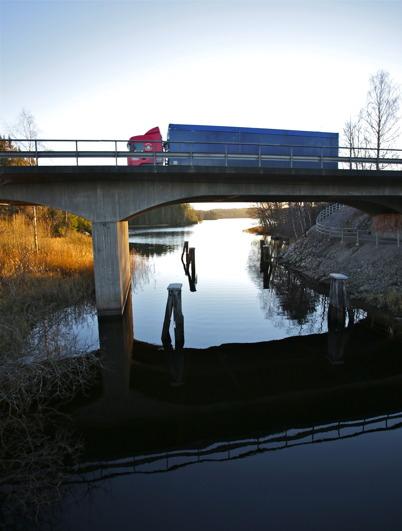 12 november 2015 - Gamla farleden till Hån som trafikerades av lastbåtar. Över farleden rusar nu långtradarna fram på E18-bron.