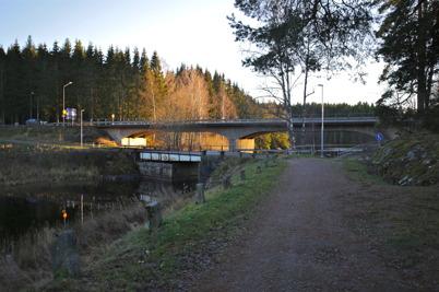 12 november 2015 - Gamla riksvägen mot Norge med den 100 år gamla svängbron och E18 som byggdes på 1950-talet - på samma bild. Ett synligt bevis på bygdens utveckling.