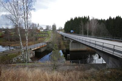 14 november 2015 - Gamla riksvägen mot Norge med den 100 år gamla svängbron och E18 som byggdes på 1950-talet - på samma bild. Ett synligt bevis på bygdens utveckling.
