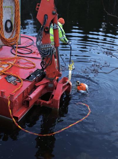 17 november 2015 - Dykaren tar med sig den hydrauldrivna kedjesågen ner i vattnet.