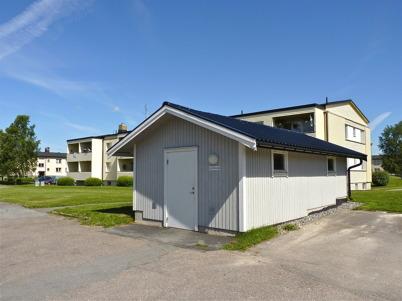 22 juni 2010 - I anslutning till hyreshusen i centrala Töcksfors finns små hus ( soprum) som innehåller sorteringskärl.