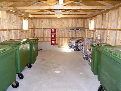 22 juni 2010 - I anslutning till hyreshusen i centrala Töcksfors finns små hus ( soprum) som innehåller sorteringskärl. Här sorterar hushållen tidningspapper, plast- och metallförpackningar, glas, batterier, brännbart etc.