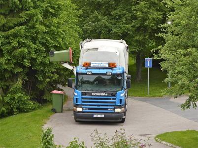 23 juni 2010 - Varannan vecka åker sopbilen runt i Töcksfors och hämtar brännbart avfall från enskilda hushåll.