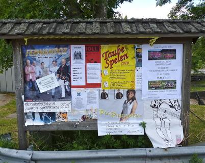 26 juni 2010 - På anslagstavlan vid Sveavägen i centrala Töcksfors finns information om olika arrangemang.