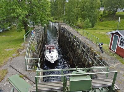 26 juni 2010 - En av många turistbåter som passerar övre slussen, för att komma upp till sjöarna Töck och Östen.