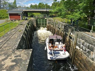 26 juni 2010 - Slussen lyfter upp turistbåten så att färden kan fortsätta på sjöarna Töck och Östen.